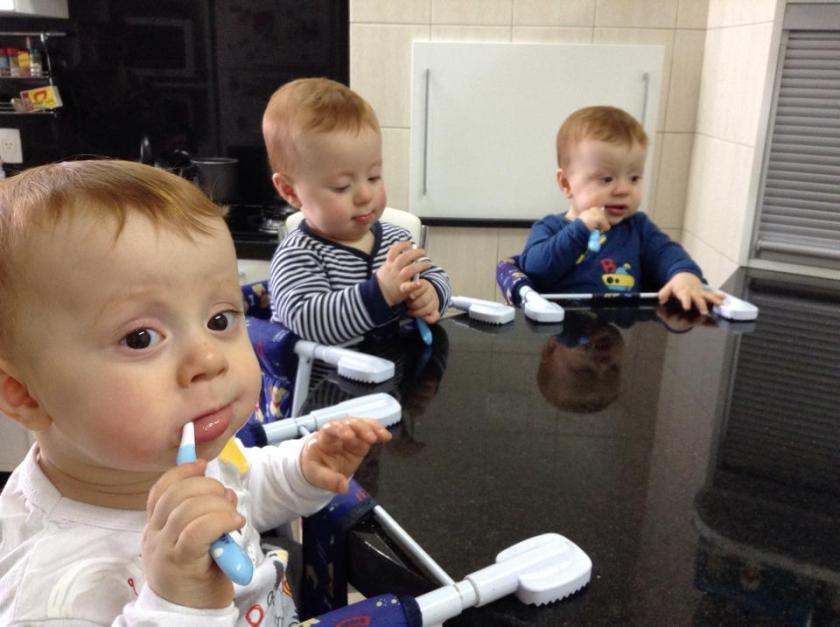 Gurizada escovando os dentes 02